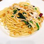 カプリチョーザ - 蒸し鶏とほうれん草、松の実のペペロンチーノスパゲティ