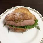97227103 - 白いソーセージとポテトのパン
