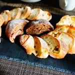 ル・プチメック - 奥:マカデミアと黒胡椒、中:チョコマロン、手前:緑オリーブとチーズのバゲット
