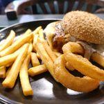 ラッキーピエロ - 「スノーバーガー」には、メインのハンバーガーのほか、オニオンリングフライ、フライドポテトがついてコスパも上々!