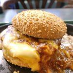 ラッキーピエロ - メインの「スノーバーガー」は、素手で食べるにはいろいろととろけ過ぎていたので