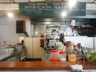 にんにくやマナオ - 店内はアジアンぽさは少なめ、なんとなくカフェ風だと思います。