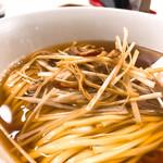 97231058 - #食べログ的に撮るとこうなる。葱のあいだにちょっとだけ醤肉絲が混ざってる。いい取り合わせ。麺はリングイネっぽい。