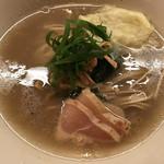 97246509 - ホタテと鯛の出汁が凝縮された旨味の強いスープと鶏のチャーシュー、ワンタンなどのトッピングもとても美味しいです!