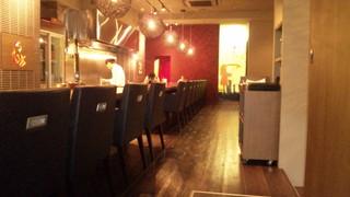 炎としゃぼん - バーカウンター6席、オープンキッチンのカウンター8席※和食の料理人(手前)フレンチのシェフ(奥)