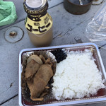 あらいやオートコーナー - 料理写真:焼肉弁当300円とコーヒー牛乳