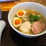 らぁ麺 やな木 - 料理写真:魚介香る鶏塩らぁめん(730円)に味玉トッピング