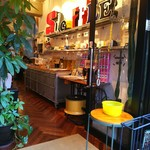 エスディコーヒー - いろんなアートいっぱいな店内