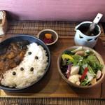 三日月食堂 - 牛すじカレー サラダセット