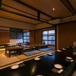 旬の鮮魚と魂の煮込み 照 - 二階には20名様対応可能な座敷を完備。