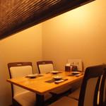 旬の鮮魚と魂の煮込み 照 - 気軽なお食事にはテーブル席。会話も弾みます。