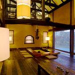 鰻楽 - オリジナルライトと庵が特徴の座敷席