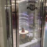 アルカション - ダイヤモンドでも入っているかのようなケースにケーキが入っています。