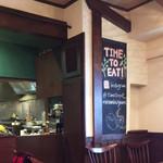 Time to eat Cafe by Marry Me - 中はテーブル席が7つほどで落ち着く感じです。半オープンキッチン。タイ人女性シェフ(この方の料理大好きです!)日本人男性(オーナーさんかな)の2人体勢