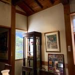 茶房むべ - リヤドロのある飾り棚横の窓からは松が見えます