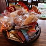 珈琲の店 プチ - サービスの、テンコ盛りのお菓子