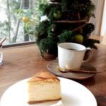 97318080 - はちみつのチーズケーキ(450円)・FIELD NOTEブレンド(450円)