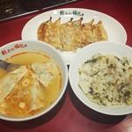 餃子の福包 - 山海スープ餃子(ラー油を入れたあと)、焼き餃子、高菜ひき肉ごはん