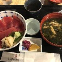 築地魚河岸 海鮮-鉄火丼1000円。立派なお椀です(╹◡╹)。海苔の風味が存分に楽しめ、油揚げ、お豆腐と具沢山で、これとごはんでいいくらいです(笑)