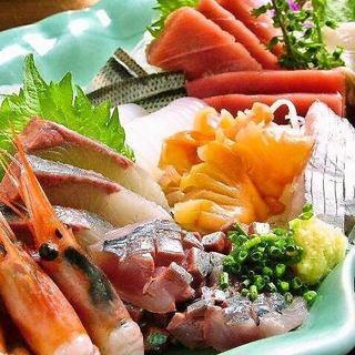 鮮魚を使用したお刺身や、旬の素材の逸品をカジュアルに楽しむ