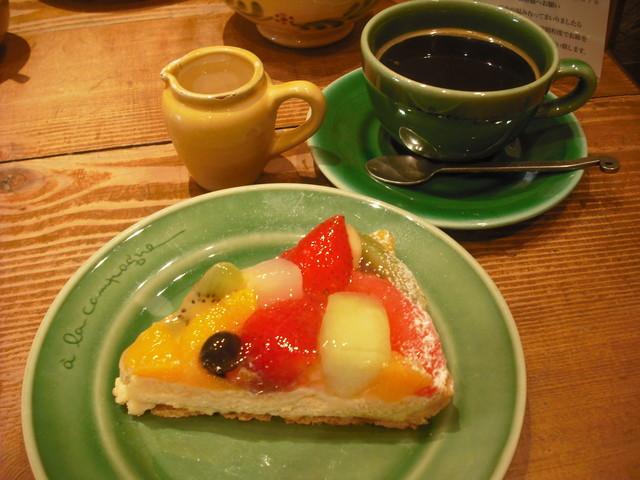 ア・ラ・カンパーニュ 三宮店 - フルーツのタルトとコーヒー
