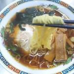 西新井ラーメン - 速茹で対応でもツルツルした舌触りが良い麺。甘めのスープがよく絡む。