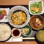97340994 - 日替りランチ¥1000(税込)…                       (カジキマグロのカツとじ煮、刺身二種盛、御飯、浜汁、サラダ)
