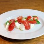 イオーヴィネ社の水牛のモッツァレラと産直トマトのカプレーゼ