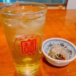 大衆割烹 百仁香 - 緑茶ハイとお通しのつぶ貝?煮付け(200円)