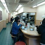 松屋 - 松屋 本蓮沼店 若い女性も来店する幅狭く奥に深い店内