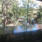 97368838 - カウンターは隣の高橋是清翁記念公園向き