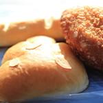 石釜パン工房 しゃんぴによん - ミルクフランス、トロトロクリームパン、カレーパン