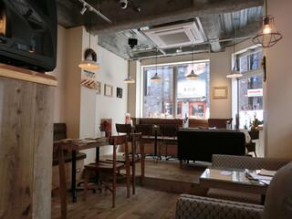 モニカ&アドリアーノ - オープンな雰囲気のお店☆彡 1Fだけのこじんまりしたカフェなのかと思ったら、2F、3Fもあった。外にはテラス席も。 お昼はカフェメニューだけど夜はバーになって別にディナーメニューがあるみたい。