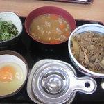 9738265 - ねぎ玉牛鍋丼(並)370円・豚汁150円