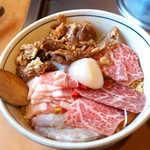 こだぬき - スペシャル(¥1296)+牛すじトッピング(¥183)。海鮮に肉たっぷり、欲張りカスタマイズ!