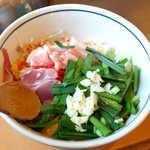 こだぬき - こだぬきスタミナ焼(¥1296)。ニンニクとニラがたっぷり、砂肝が入るのもユニーク
