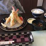 97381061 - 妻のランチ大海老フライ定食1350円です。                       単品の値段を聞くと1本500円との事。
