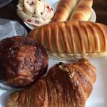 ブーランジェリージラフ フルールドゥスリジエ - 料理写真:パン達