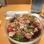 築地 すし好 - すし好サラダ(小)500円。美味しい野菜と海鮮が、酸味のあるドレッシングでまとめられていて、とても美味しかったです(╹◡╹)