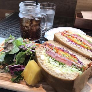 ノースショア 伊丹空港店 - スプラウトパストラミエッグサンドイッチ