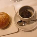 97416483 - 自家製酵母のライ麦パン。                       アンチョビやケッパーなどで作ったソースをつけて。                       このソースが美味しかった(*´∀`)