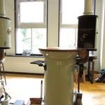 キイトカフェ - 生糸工場の名残りを活かしたテーブル