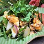 揚げ玉子と野菜のタイ風サラダ