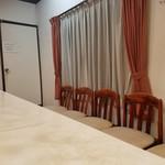 ベトコンラーメン新京 - 店内の待ち椅子