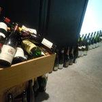 Bar Bambi - 入口前のワインボトル