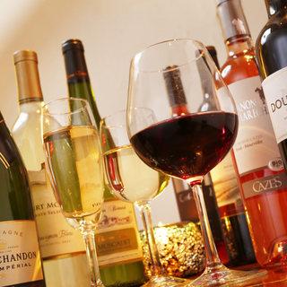 旬を味わう自慢の料理には、厳選されたワインや日本酒を