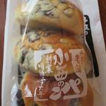 小西のパン - 料理写真:黒豆パン 3個入り550円