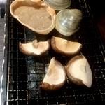 97435172 - お通しの椎茸とかに味噌、白蛤を焼いている