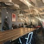 ティンバーズ カフェ ツキジ テーブル - 店内はかなり広め。古いビルのため天井もかなり高め