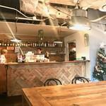 ティンバーズ カフェ ツキジ テーブル - 入り口すぐの大テーブルは5×2掛け。オープンキッチンでは無くバーカウンターになってる点がこの店の性格が出ている部分